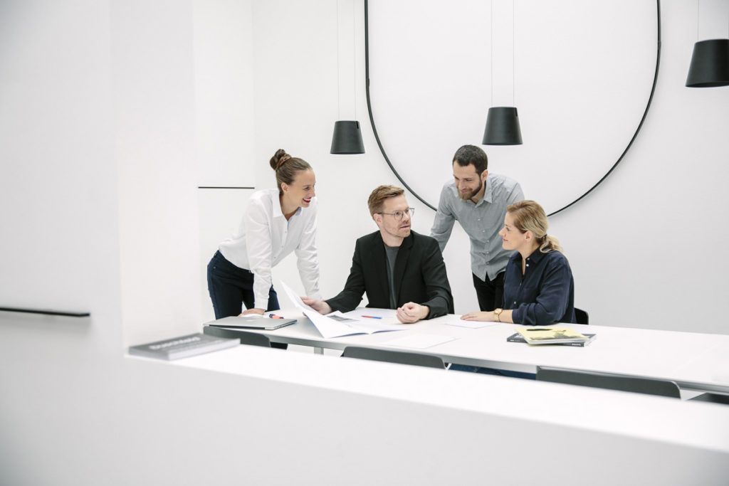 Corporate Portrait der Inhaber der Design Agentur vrej zusammen mit freien Mitarbeitern | Foto: Hanna Witte