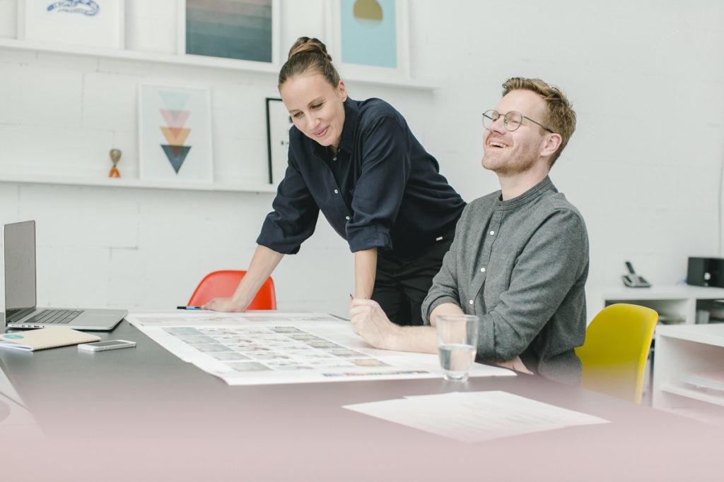Corporate Portrait der Inhaber der Design Agentur vrej im Gespräch | Foto: Hanna Witte
