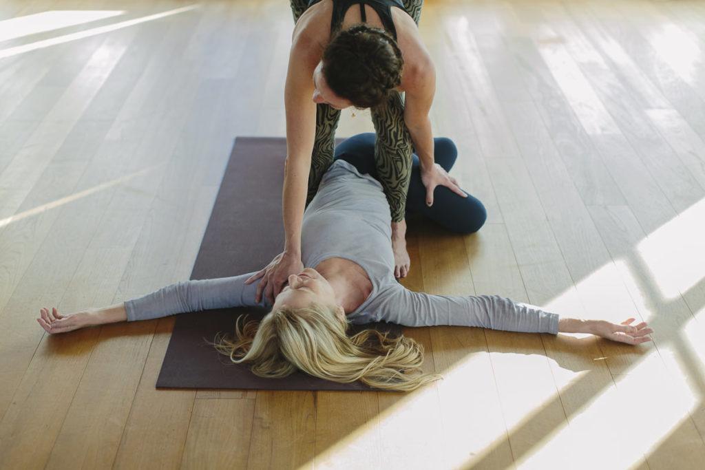 Yogalehrerin Nicole Bongartz hilft einer Kurs Teilnehmerin des Yoga Retreats von Schloss Elmau bei einem Asana | Foto Hanna Witte