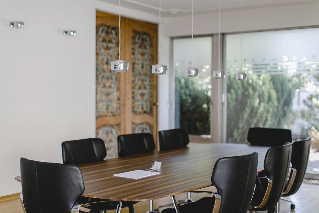 Businessfoto vom Besprechungsraum der Notar Praxis von Simon Lindow | Foto: Hanna Witte