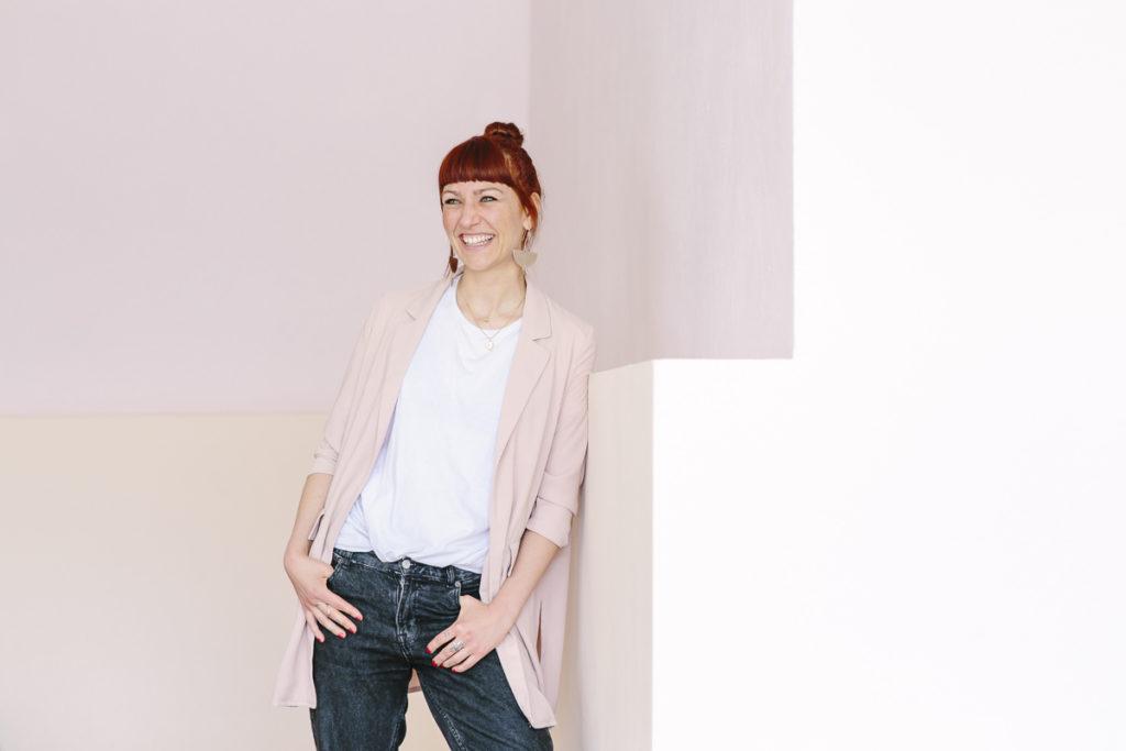 lockeres Portraitfoto einer jungen Unternehmerin | Foto: Hanna Witte