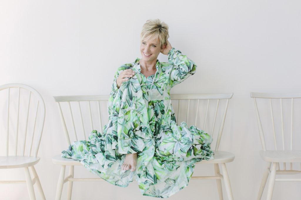 Portraitfoto einer selbstständigen Unternehmerin in einem grün-weißen Kleid | Foto: Hanna Witte