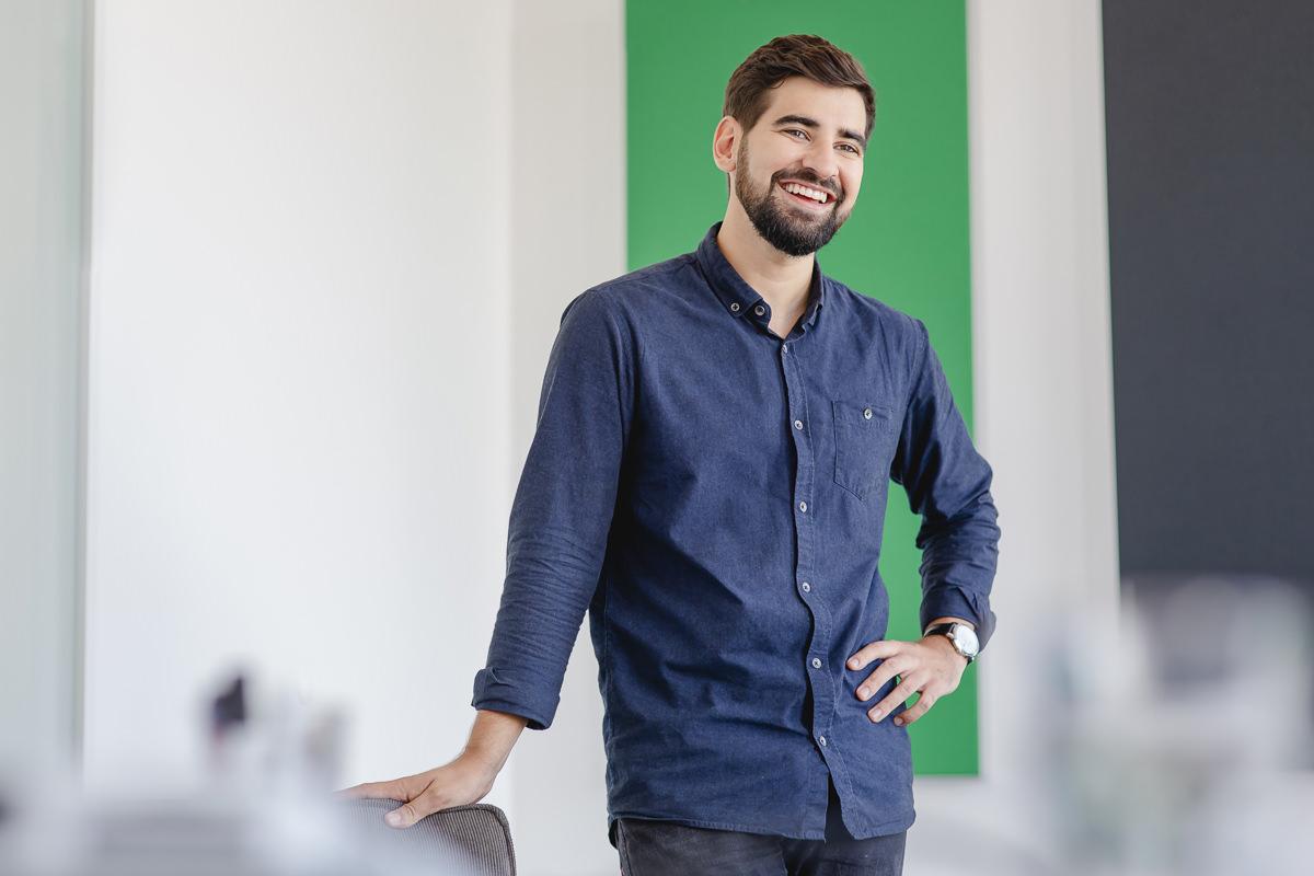 Portrait eines jungen Mitarbeiters der Venture Capital-Fonds Firma coparion | Foto: Hanna Witte