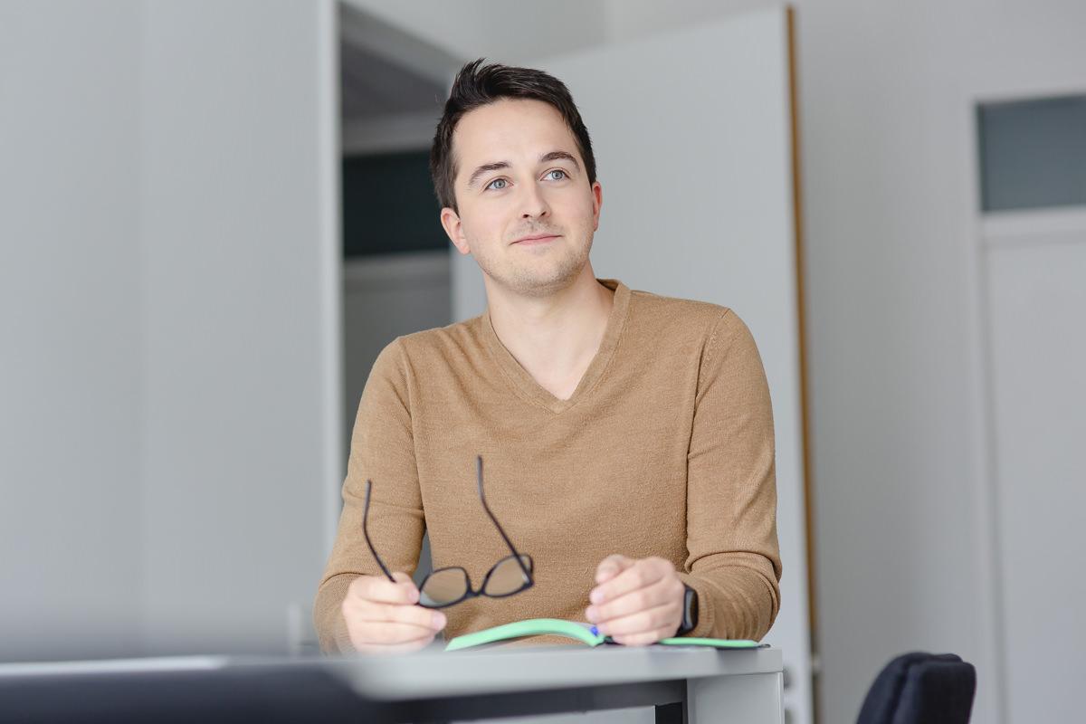 Mitarbeiterfoto eines jungen Angestellten der Venture Capital-Fonds Firma coparion | Foto: Hanna Witte
