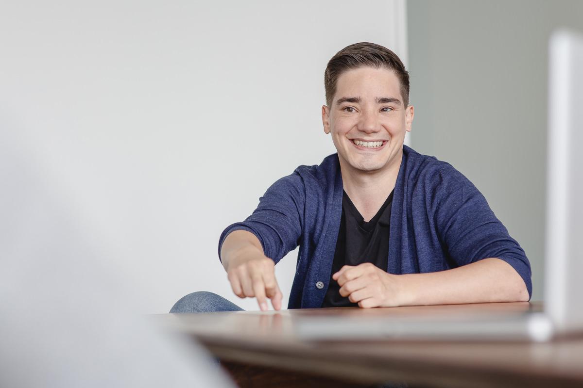 Mitarbeiterfoto eines jungen Angestellten der Firma coparion aus Köln | Foto: Hanna Witte