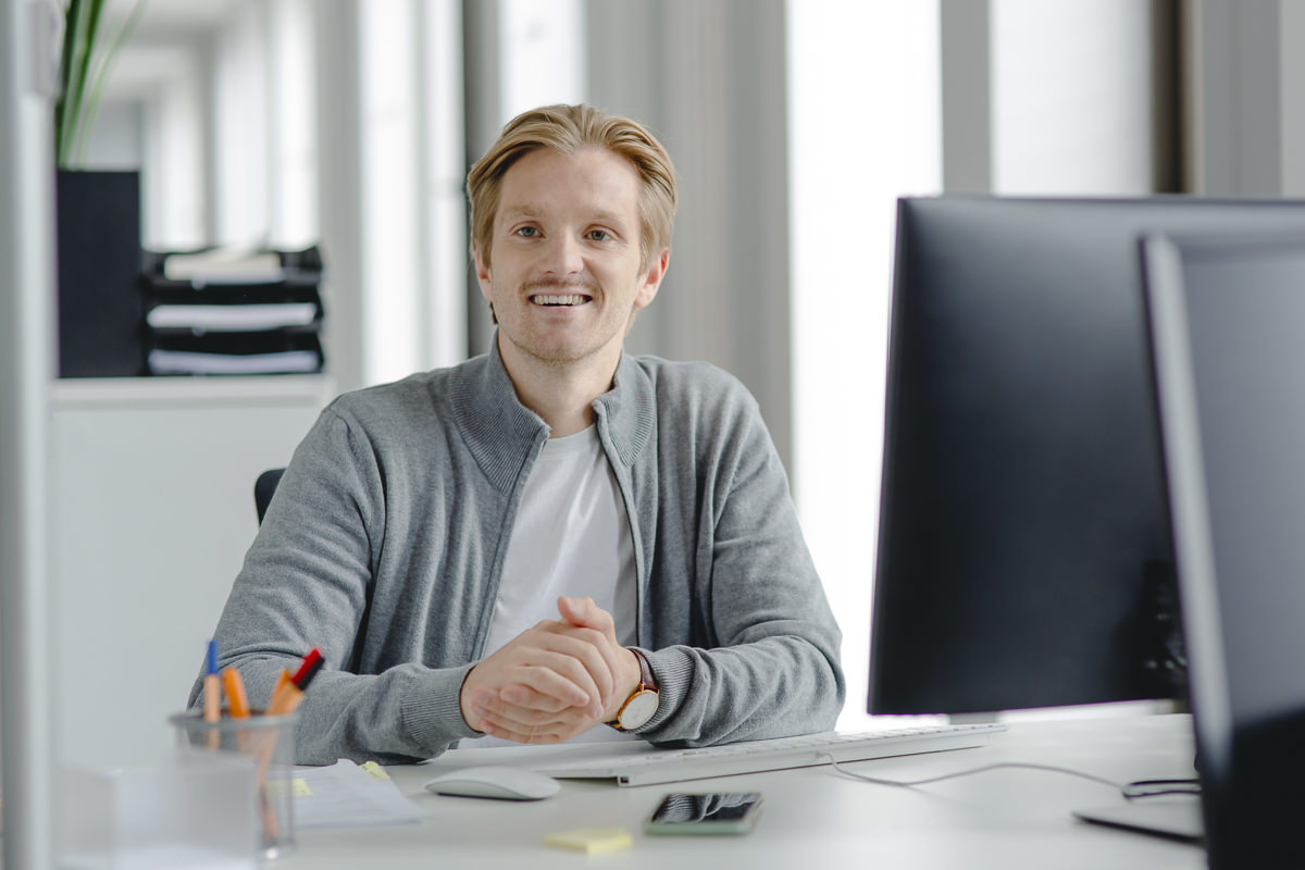 Mitarbeiterfoto: Ein Angestellter der Firma coparion in Köln sitzt an seinem Schreibtisch | Foto: Hanna Witte