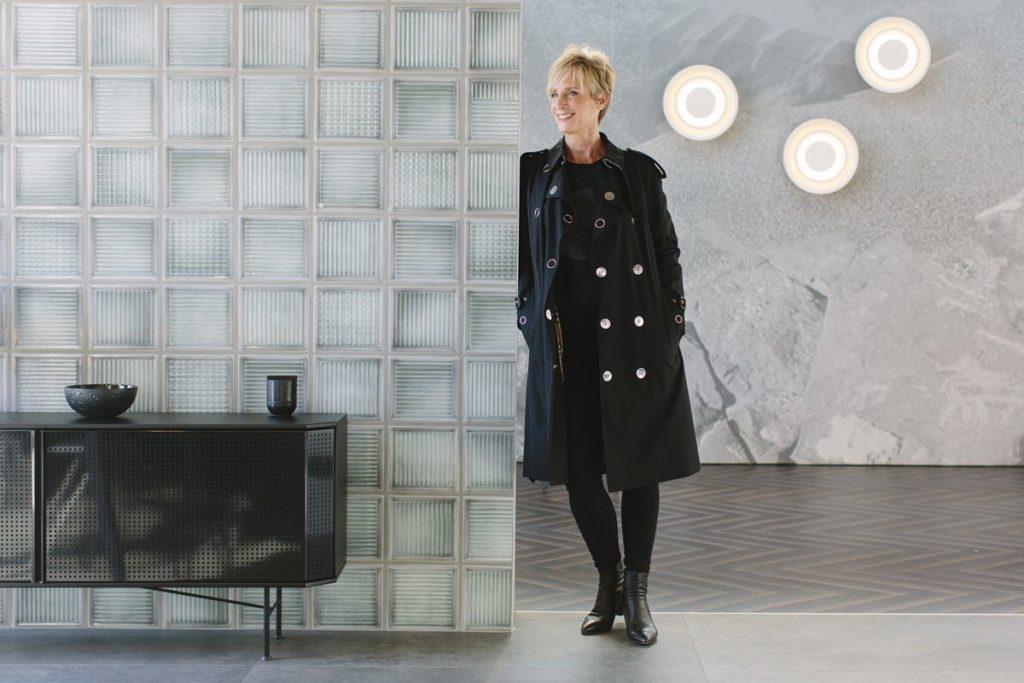 Businessportrait einer selbstständigen Frau vor moderner Kulisse | Foto: Hanna Witte