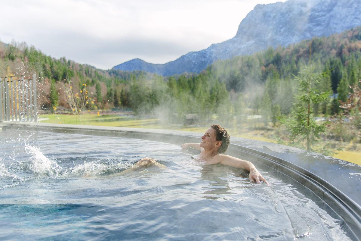 Yogalehrerin Nicole Bongartz entspannt im Open Air Infinity Pool des Luxury Spa Retreats Schloss Elmau   Foto: Hanna Witte