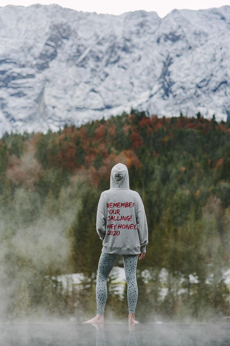 Yogalehrerin Nicole Bongartz steht am Infinity Pool und blickt auf die Bayerischen Alpen   Foto: Hanna Witte
