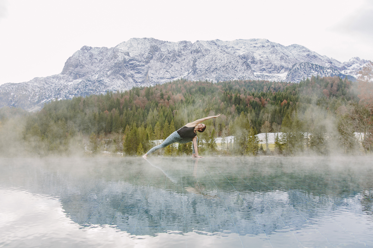 Yogafoto von Nicole Bongartz bei einem Asana am Infinity Pool mit den Bayerischen Alpen im Hintergrund   Foto: Hanna Witte