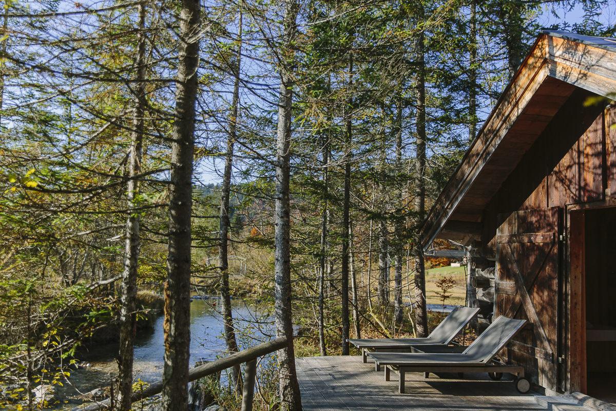 idyllisches Foto eines Pavillons am Bach auf dem Nature Spa Gelände von Schloss Elmau   Foto: Hanna Witte