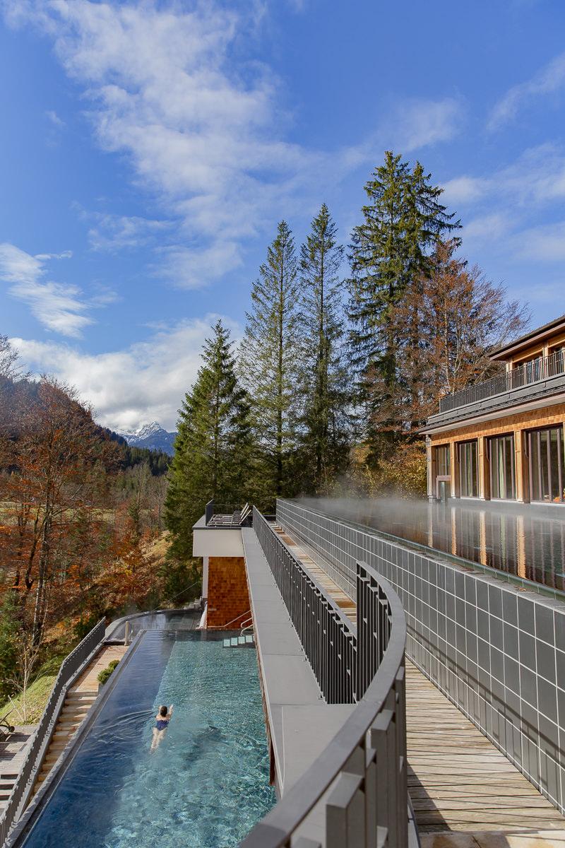 Außenaufnahme eines Spa Bereichs mit Pool des 5 Sterne Hotels und Retreat Schloss Elmau   Foto: Hanna Witte