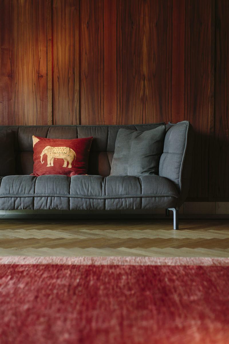 eine dunkle Couch mit Elefantenkissen im Luxury Spa Retreat Schloss Elmau   Foto: Hanna Witte