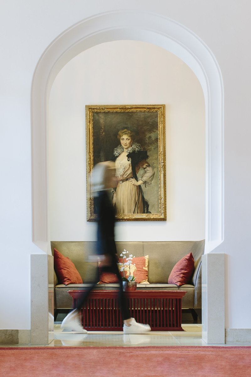 eine Frau läuft durch die Räume des 5 Sterne Luxury Spa Retreats Schloss Elmau   Foto: Hanna Witte