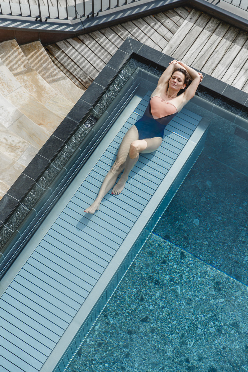 Yoga Lehrerin Nicole Bongartz entspannt in einem Pool des Spa Retreats Schloss Elmau   Foto: Hanna Witte