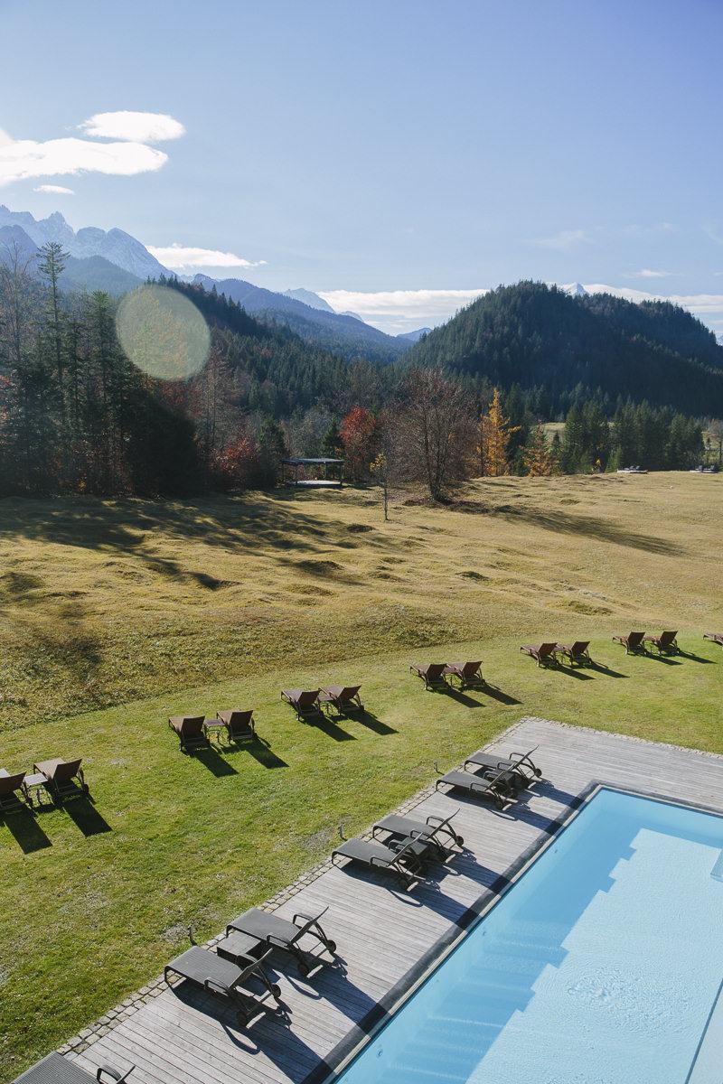 Aussenaufnahme eines Outdoor Pools mit umliegender Natur auf dem Gelände des Spa Retreats Schloss Elmau   Foto: Hanna Witte