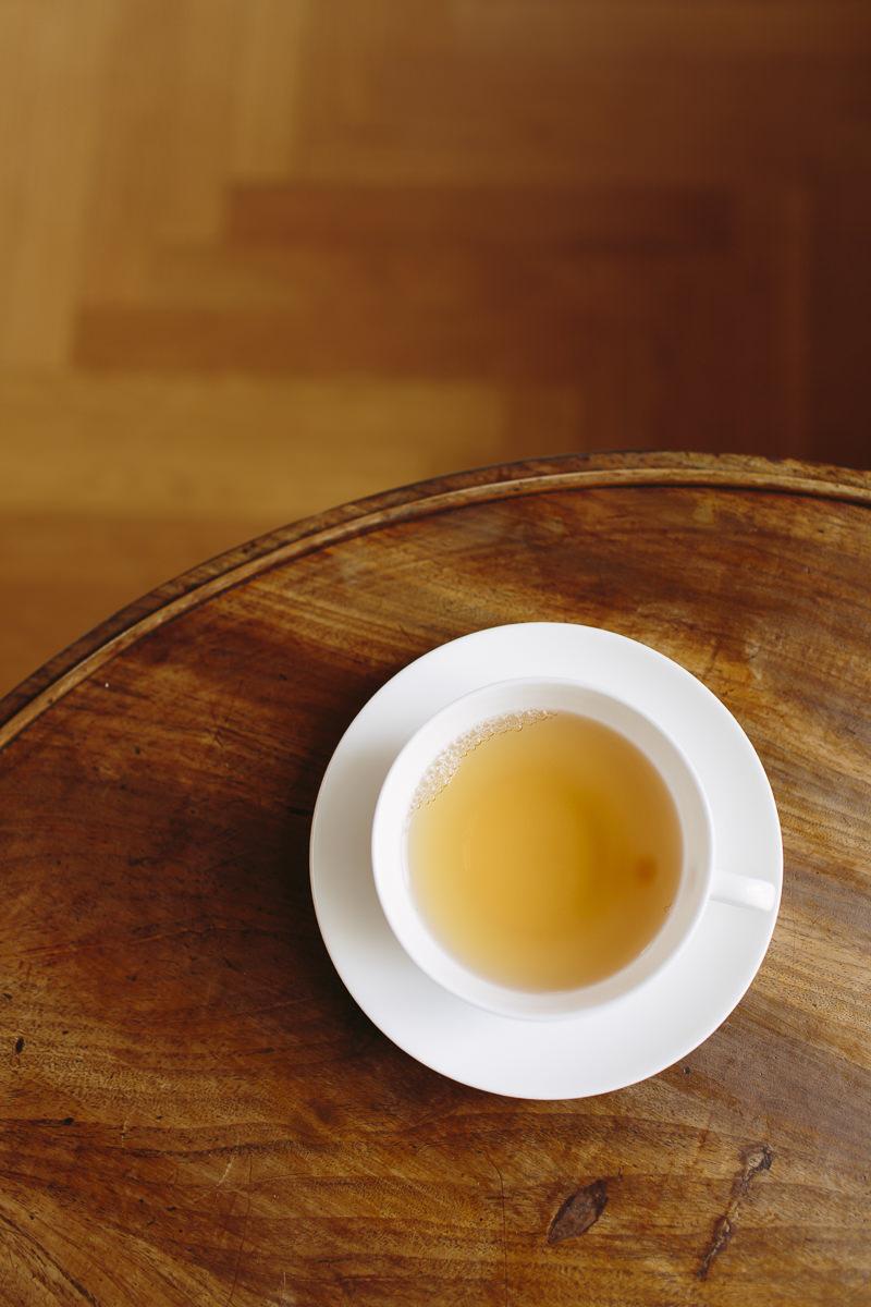 weiße Tasse mit Tee im Luxury Spa Retreat Schloss Elmau   Foto: Hanna Witte