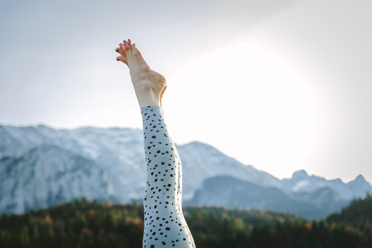 Yoga Asana mit Füßen in der Luft, fotografiert vor atemberaubender Bergkulisse   Foto: Hanna Witte
