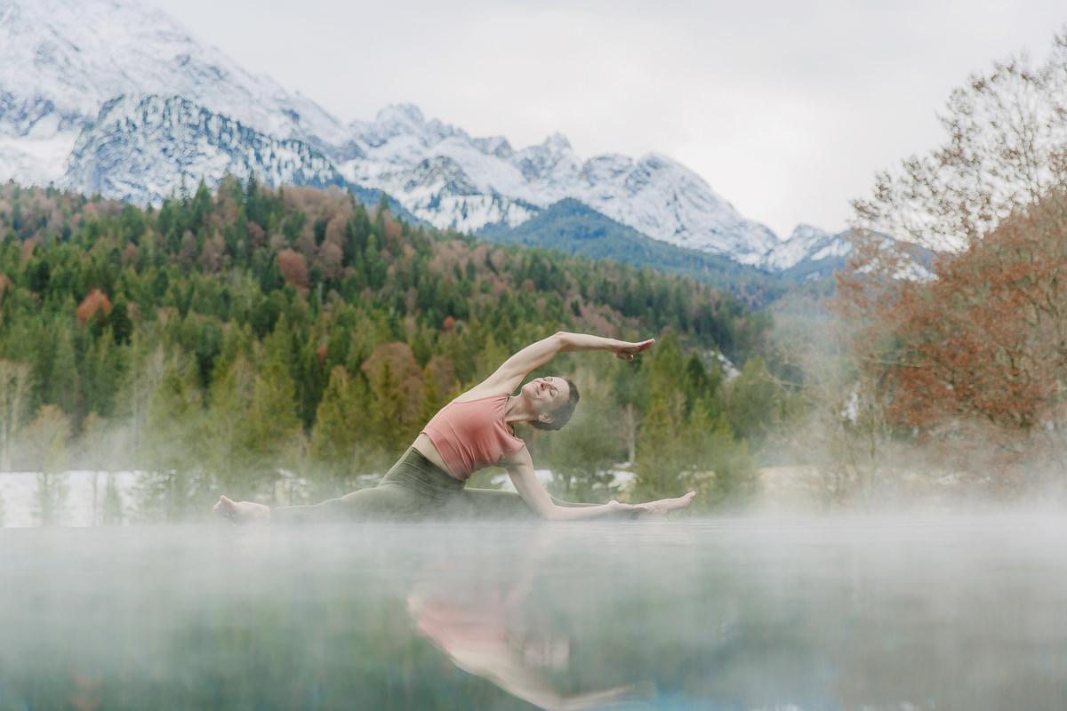 Yoga Foto am Infinity Pool von Schloss Elmau mit Bäumen und Bergen im Hintergrund   Foto: Hanna Witte