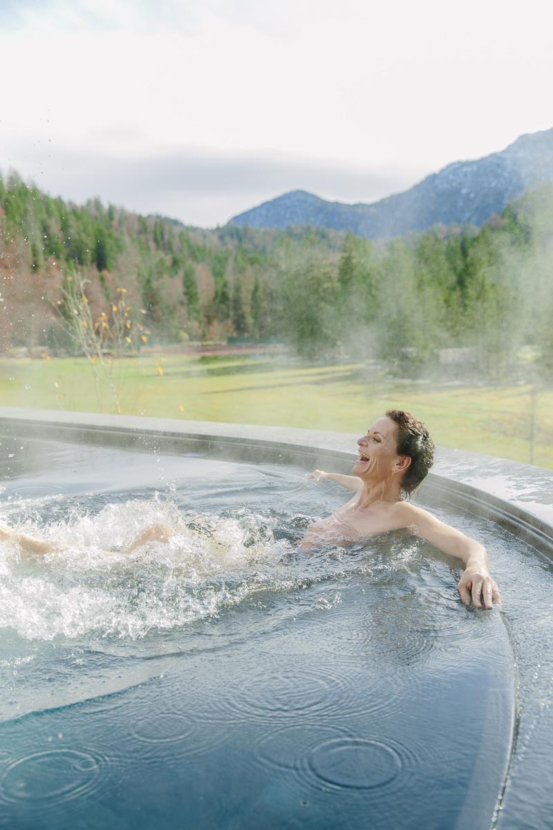 Yogalehrerin Nicole Bongartz entspannt im Open Air Pool des Luxury Spa Retreats Schloss Elmau   Foto: Hanna Witte