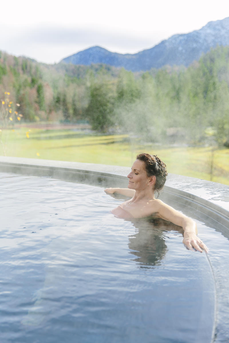 Yoga Coach Nicole Bongartz entspannt im Open Air Pool des Luxury Spa Retreats Schloss Elmau | Foto: Hanna Witte
