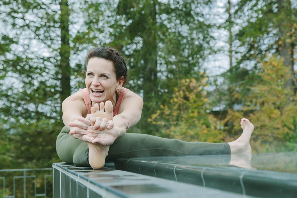 Yoga Coach Nicole Bongartz beim Dehnen an einem Pool des Luxury Spa Hotels Schloss Elmau   Foto: Hanna Witte