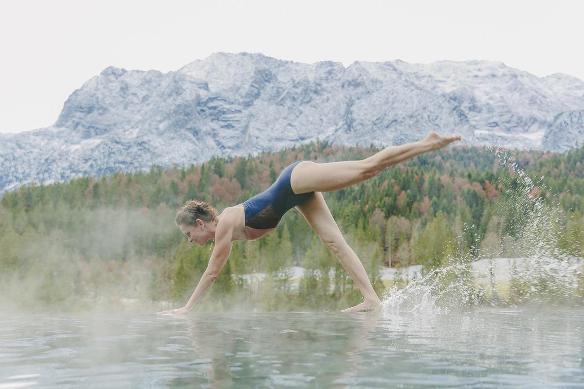 Yoga Asana an einem Infinity Pool mit Nebel und toller Bergkulisse   Foto: Hanna Witte