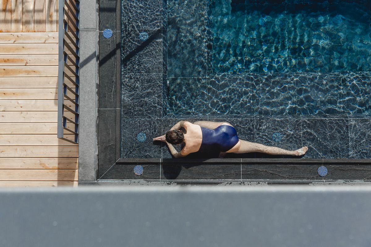 Yoga Asana an einem Pool von Schloss Elmau, von oben fotografiert von Hanna Witte