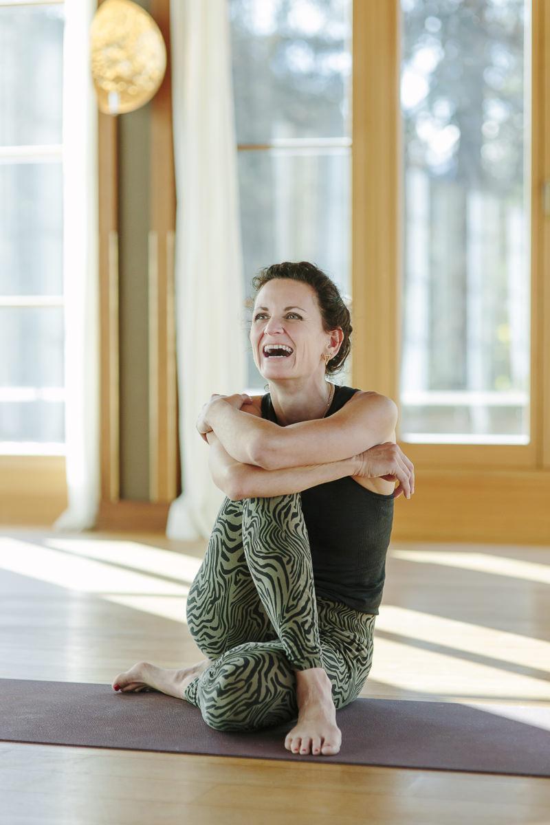 Yoga Lehrerin Nicole Bongartz sitzt im Jivamukti Yoga Center von Schloss Elmau   Foto: Hanna Witte