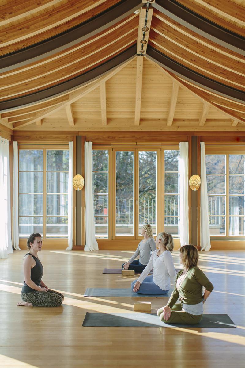 Yoga Coach Nicole Bongartz bei einem Kurs im Yoga Retreat von Schloss Elmau   Foto: Hanna Witte