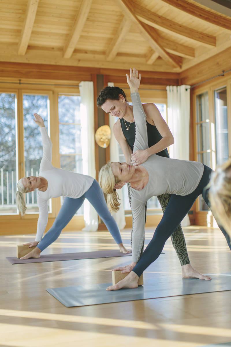 Yoga Coach Nicole Bongartz beim Yoga Unterricht im Yoga Retreat von Schloss Elmau   Foto: Hanna Witte