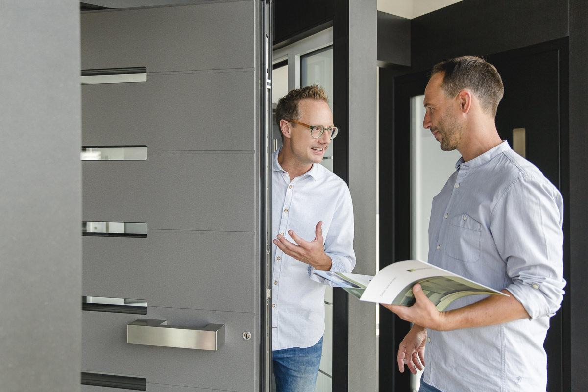 Geschäftsführer Mirko Kleinegreber berät einen Kunden beim Haustür Kauf | Corporate Foto: Hanna Witte