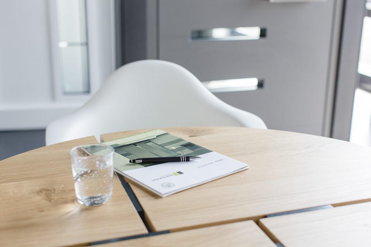 Prospekte auf einem Tisch im Showroom der Firma Kleinegreber Haustüren | Corporate Foto: Hanna Witte