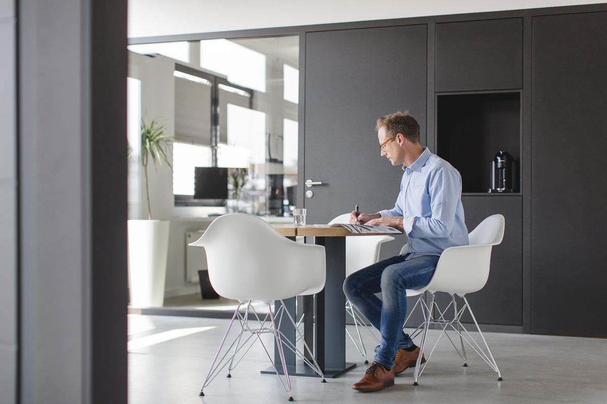 Geschäftsführer Mirko Kleinegreber arbeitet im Showroom seiner Firma Kleinegreber Haustüren | Corporate Foto: Hanna Witte