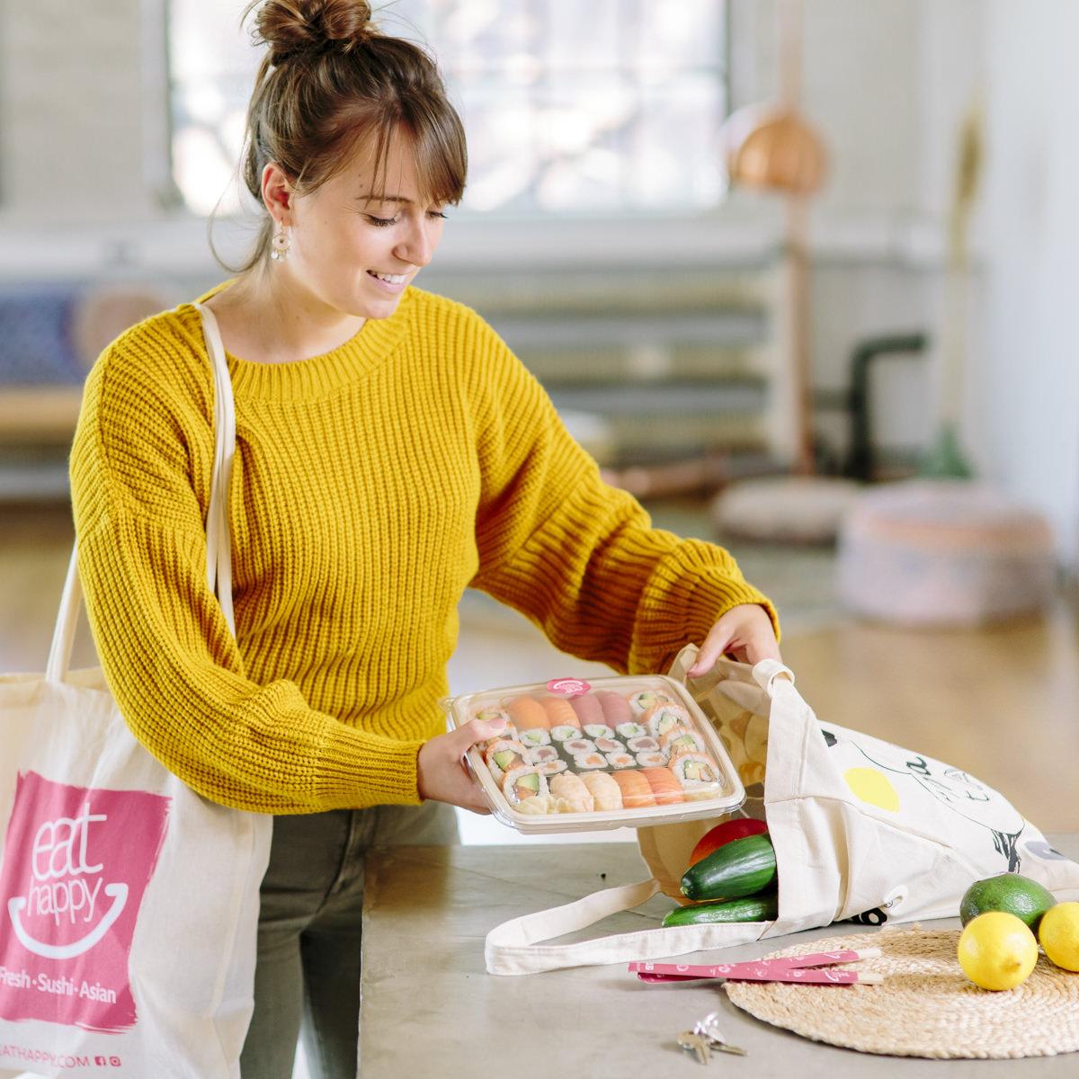 eine Frau holt EatHappy Sushi aus ihrer Tasche für Social Media Content Fotografie | Foto: Hanna Witte