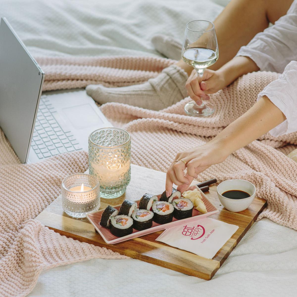 eine Frau isst entspannt Sushi beim Laptop schauen für Social Media Content Fotografie | Foto: Hanna Witte