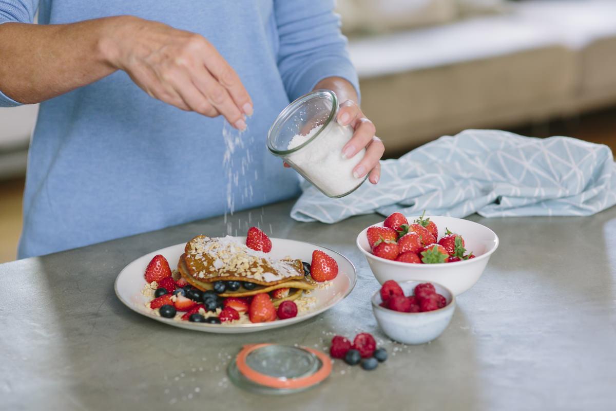 Frühstücksteller mit Pfannkuchen und frischen Beerenals Teil der Social Media Content Fotografie für Eat Happy | Foto: Hanna Witte