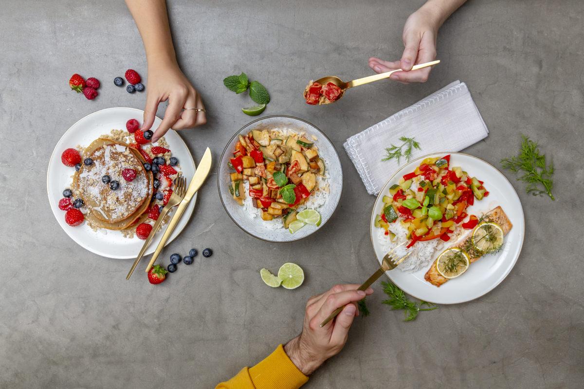 Teller mit frisch zubereiteten, gesunden Speisen als Teil der Social Media Content Fotografie für Eat Happy | Foto: Hanna Witte