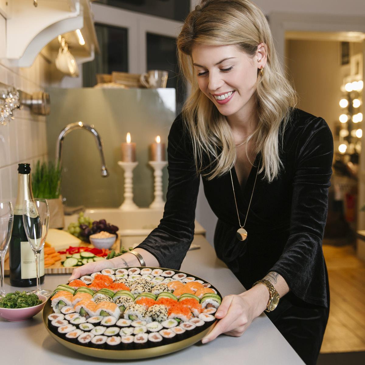 Social Media Content Fotografie Köln: Eine Frau holt eine großen Platte mit Sushi von EatHappy aus der Küche | Foto: Hanna Witte