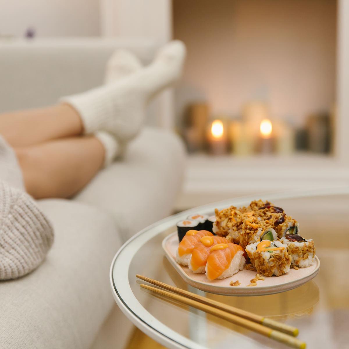 eine Frau macht es sich zu Hause mit frischem Sushi gemütlich als Teil der Social Media Content Fotografie für Eat Happy | Foto: Hanna Witte
