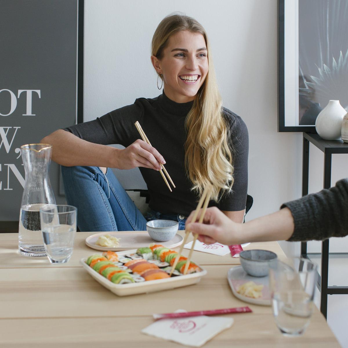 Social Media Content Fotos Köln: 2 Frauen essen gemeinsam Sushi von EatHappy | Foto: Hanna Witte