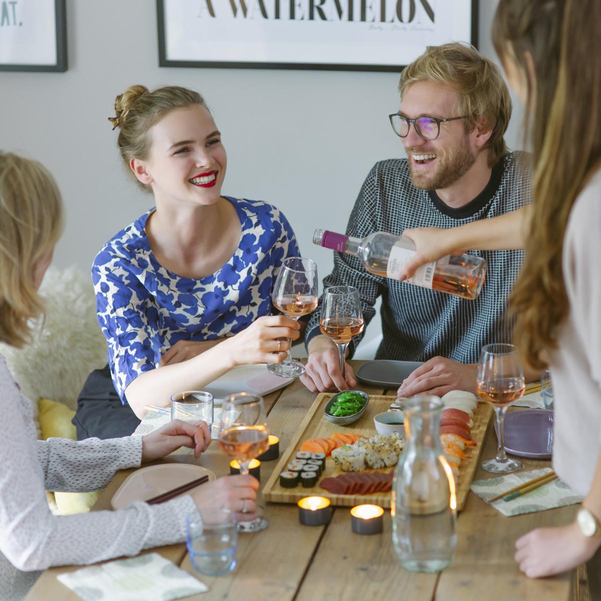 Freunde essen zusammen Sushi von Eat Happy, fotografiert für Social Media | Fotos: Hanna Witte