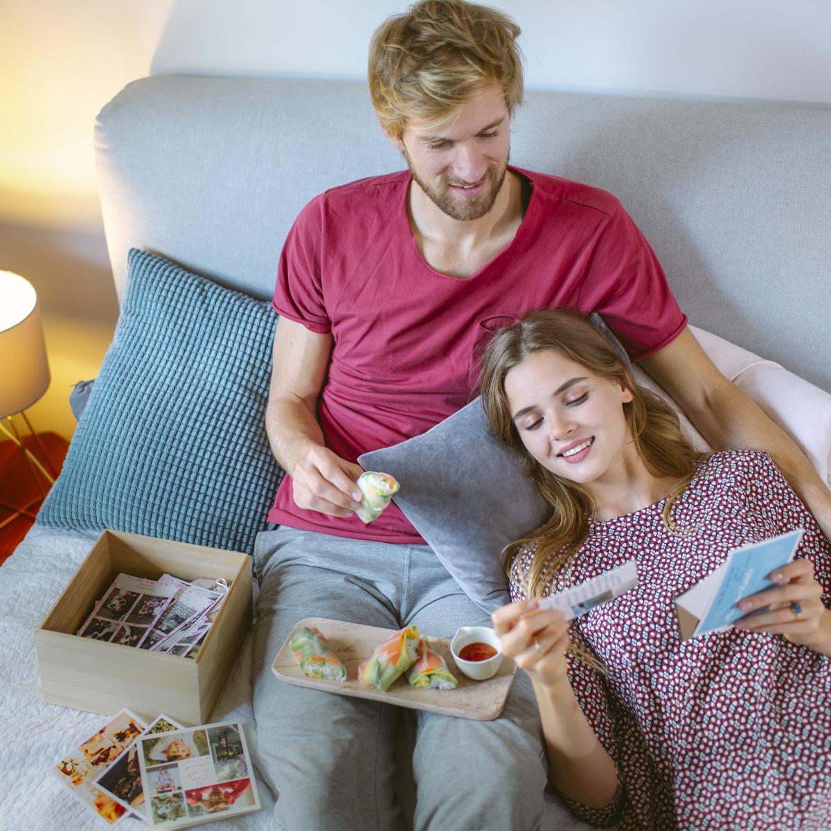 Social Media Content Foto: Ein Paar genießt auf der Couch Sushi von EatHappy | Foto: Hanna Witte