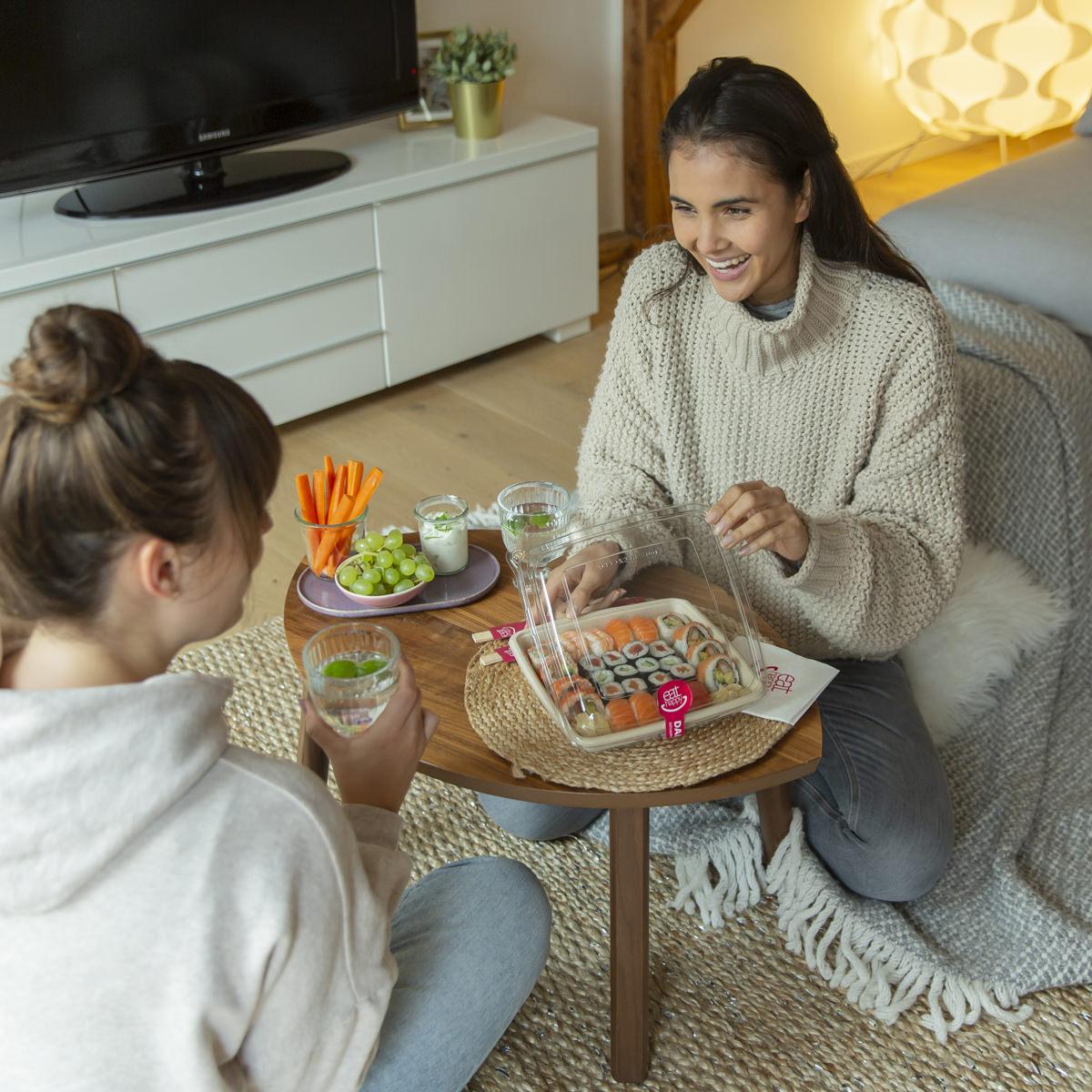 Social Media Content Fotografie Köln: 2 Freundinnen öffnen zu Hause ihre Schachtel mit Sushi von EatHappy | Foto: Hanna Witte