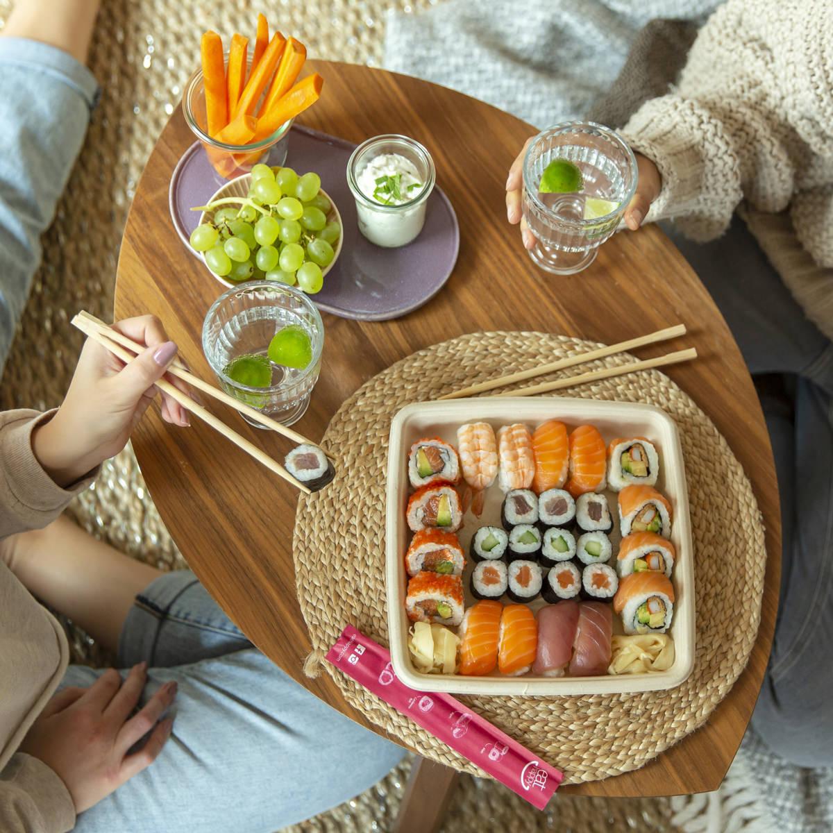 Social Media Content Fotografie: 2 Freundinnen genießen gemeinsam zu Hause Sushi von Eat Happy | Foto: Hanna Witte