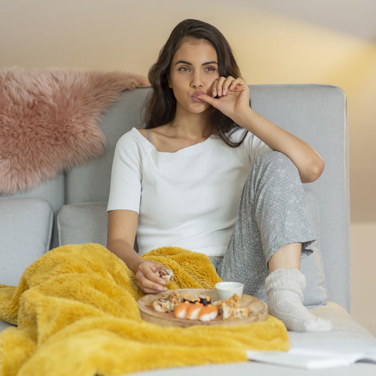Social Media Content Fotografie Köln: Eine Frau genießt entspannt Sushi von EatHappy | Foto: Hanna Witte