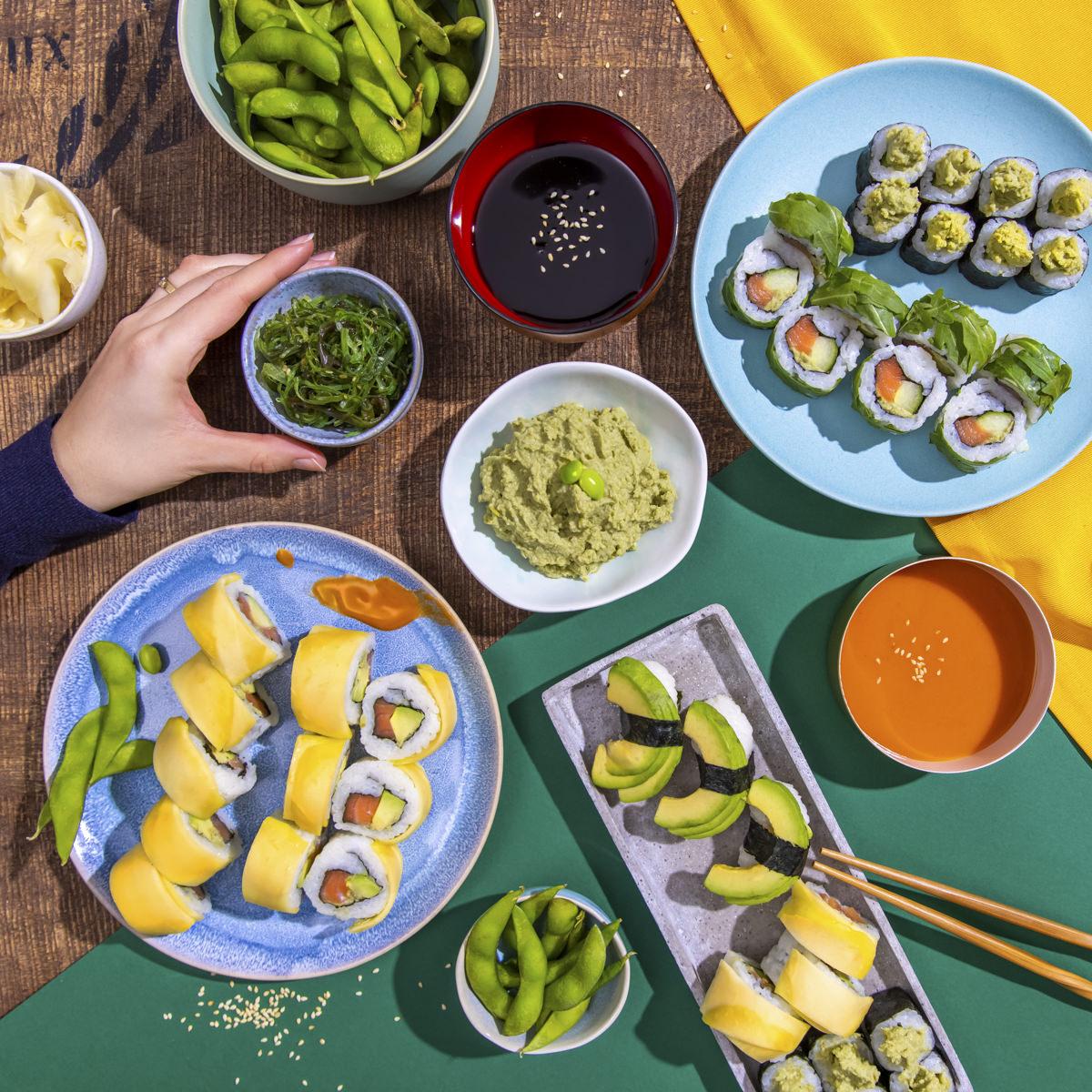 Social Media Content Fotografie: Eine Auswahl von Sushi, Saucen und Gemüse von EatHappy | Foto: Hanna Witte
