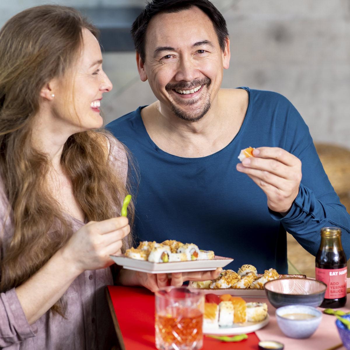 ein Paar beim Sushi essen als Teil der Social Media Content Fotografie für Eat Happy | Foto: Hanna Witte