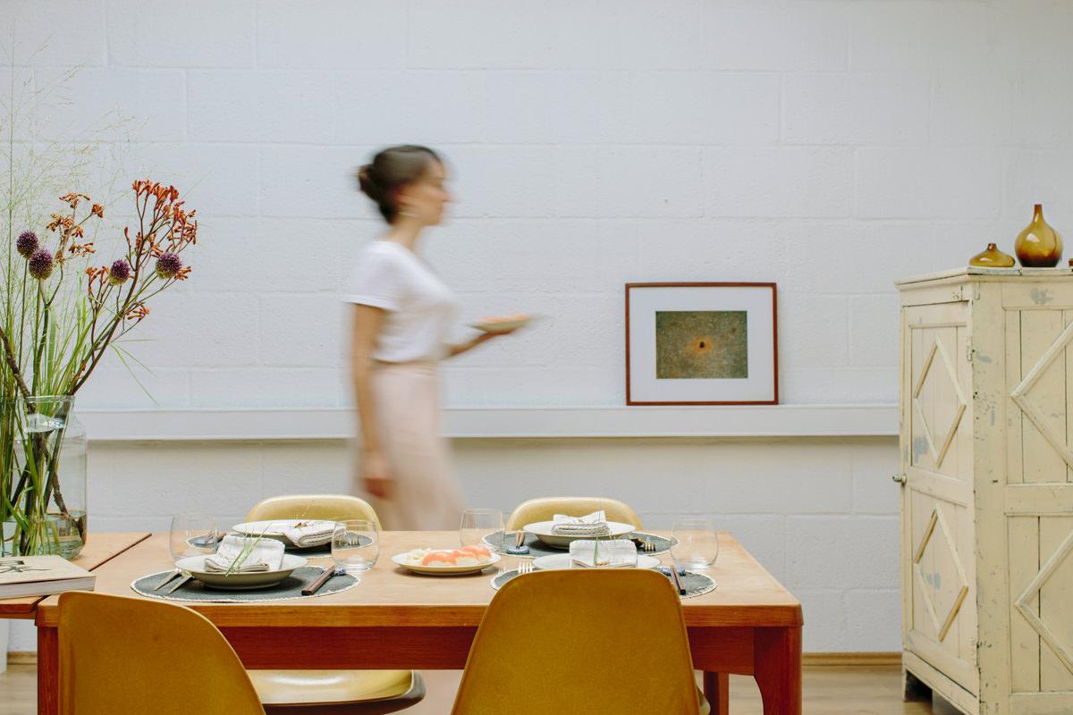 eine Frau deckt einen Esstisch als Teil der Social Media Content Fotografie für Eat Happy | Foto: Hanna Witte