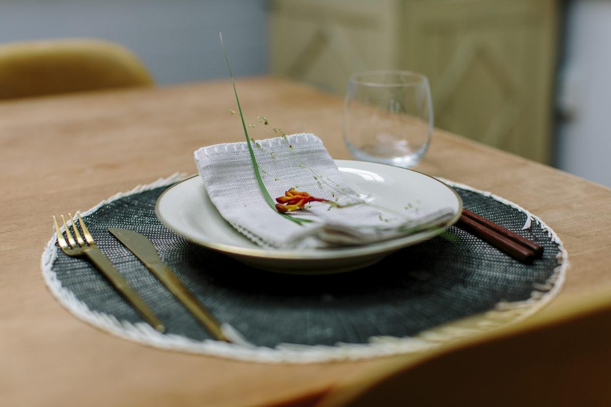 Platzset mit Teller, Besteck und Stäbchen als Teil der Social Media Content Fotografie für Eat Happy | Foto: Hanna Witte